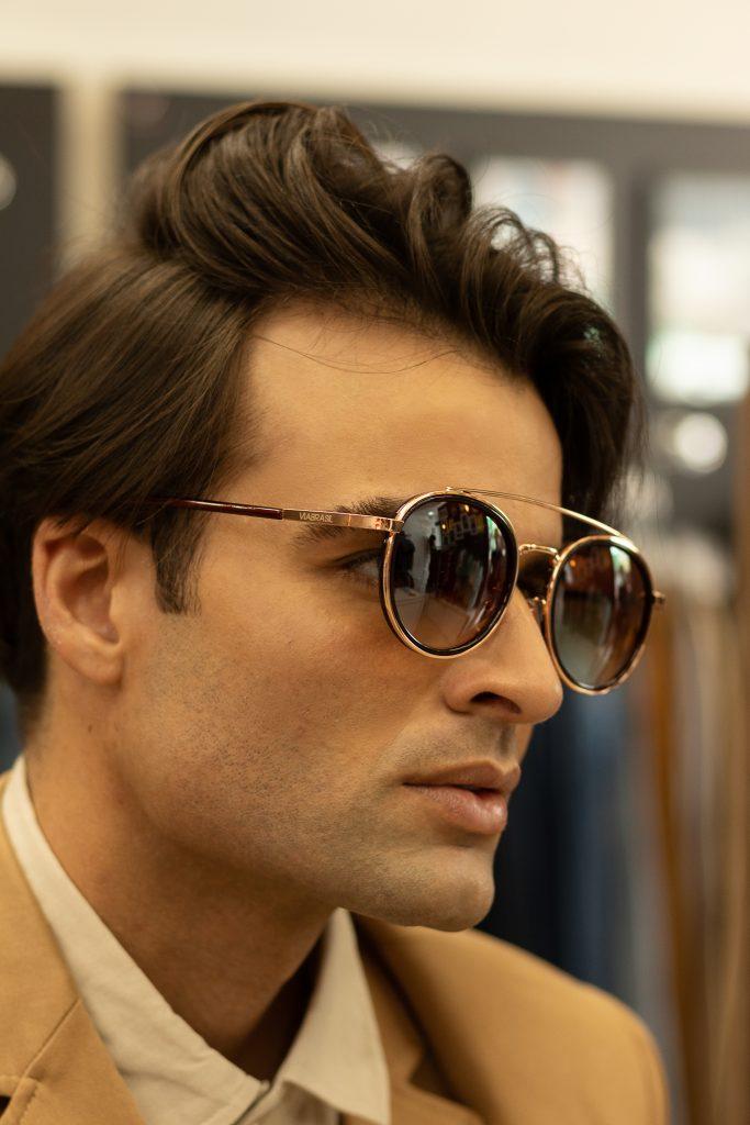 Modelo Felipe Diniz usando óculos Via Brasil