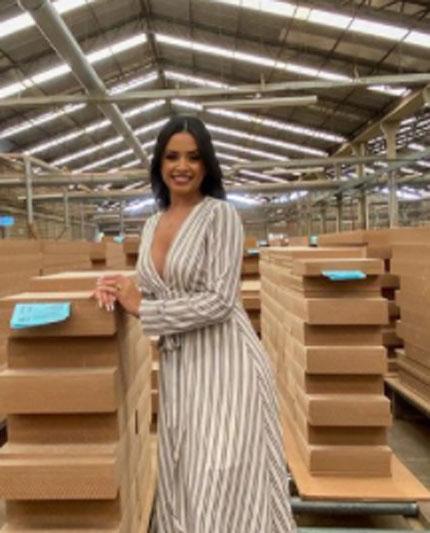 Modelo Bruna Melo na fábrica de móveis Rimo posando para nova campanha
