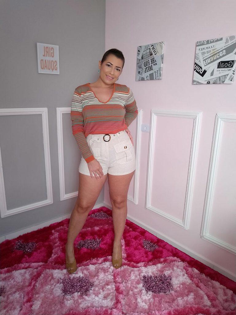 Rochany Rocha veste blusa listrada com short de alfaiataria da Mamô Brasil