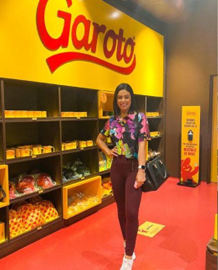 Influencer Bruna Melo sita a fábrica de chocolate da Garoto