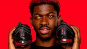 Papper negro, com olhos vermelhos, segurando par de tênis feito com sangue humano no solado