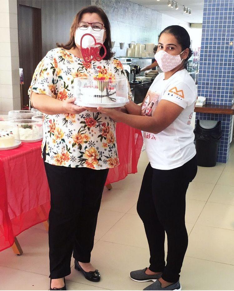Dia das Mães - Vila Bela Delicatessen - Cliente comprando torta Manjar dos Deuses