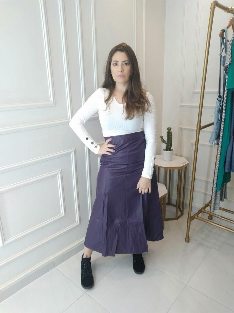 look de inverno com calça de couro roxa e blusa branca de mangas longas