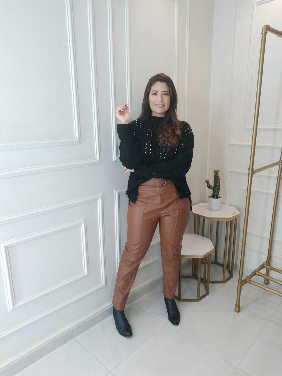 look inverno - calça de couro marrom e suéter preto