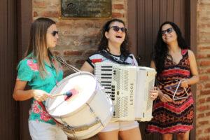 Artistas da Banda As Severinas tocando seus instrumentos.
