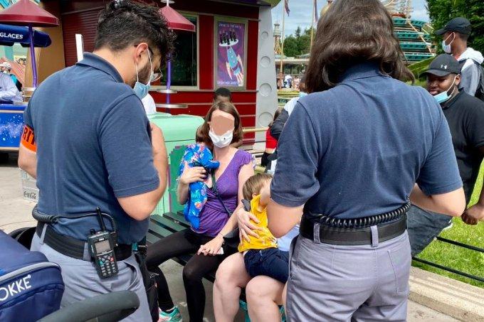 Seguranças da Disney impedem mãe de amamentar bebê