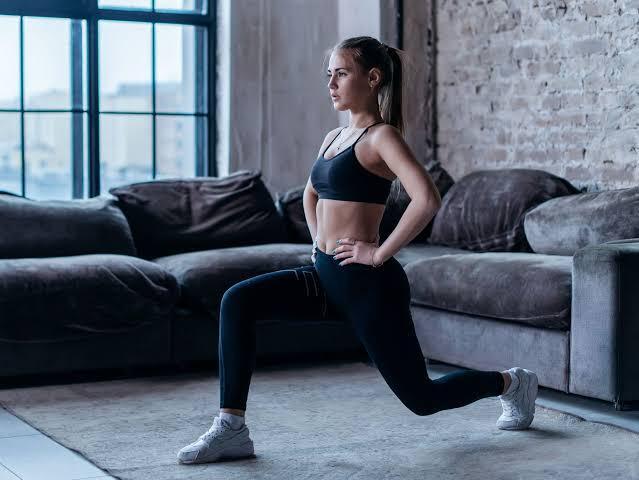 Mulher fazendo atividade física em casa.