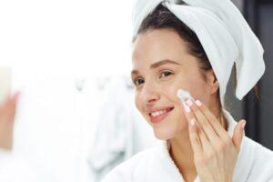 Mulher cuidando da pele.