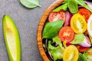 Imagem de salada de legumes e fruta.