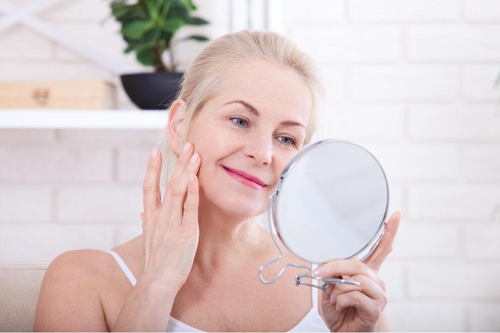 Mulher preparando a pele antes da maquiagem.