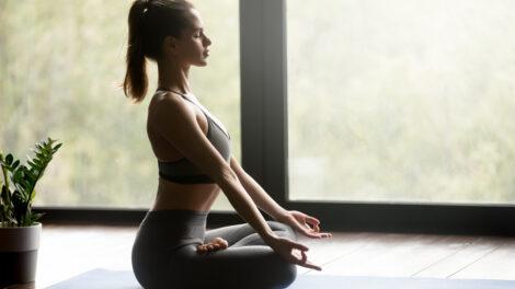 Muher fazendo exercício de yoga.